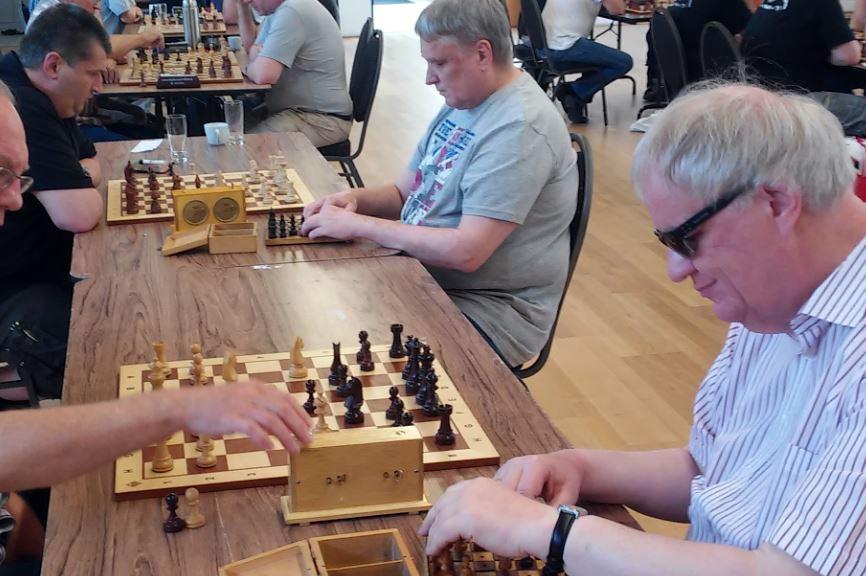 Blinde Schachspieler ertasten ihre Figuren. (Quelle: http://svg-calenberg.de/?p=3002)