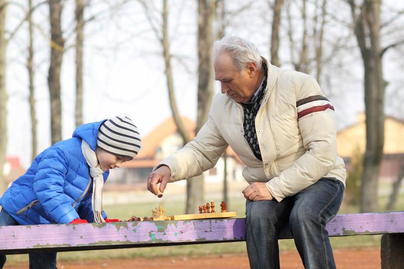 Grossvater mit Enkel beim Schach