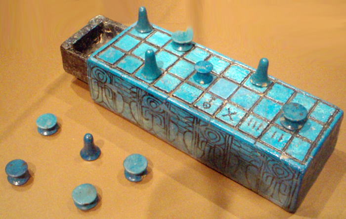 Senet (Quelle: https://commons.wikimedia.org/wiki/File:SenetBoard-InscribedWithNameOfAmunhotepIII_BrooklynMuseum.png)
