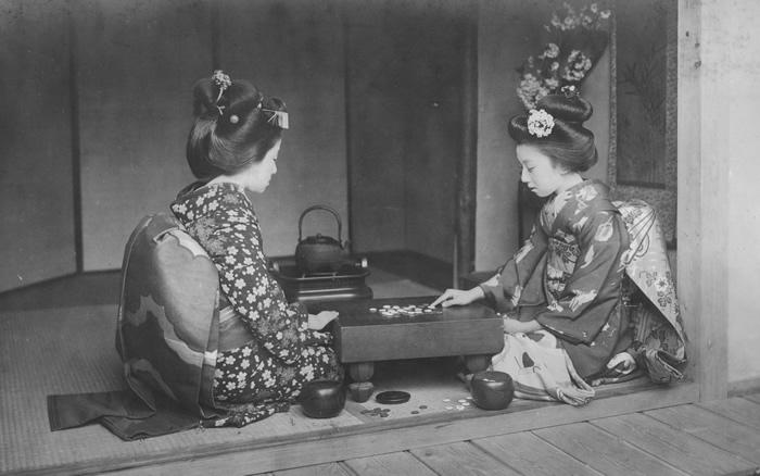 Zwei japanische Frauen vergnügen sich mit Go-Moku (Quelle: https://www.flickr.com/photos/adavey)