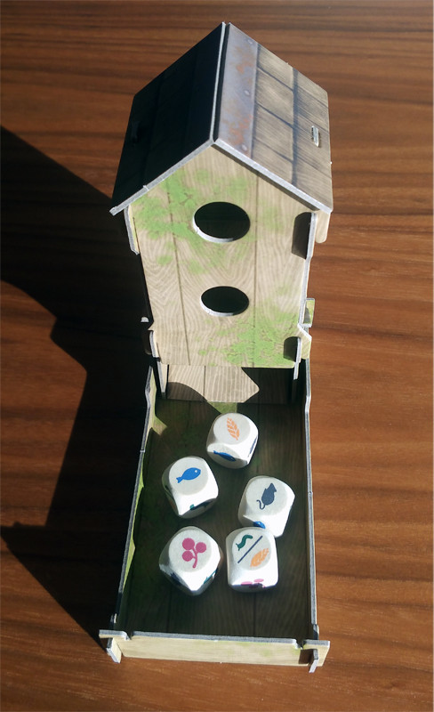Das Vogelhaus mit den Futterwürfeln.